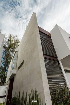 Muro de Cantera Villa Design, Facade Design, Exterior Design, House Design, Modern Exterior, Interior And Exterior, Facade Architecture, Facade House, Minimalist Design