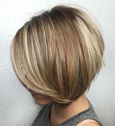 Layered kurze braune Haare mit blonden