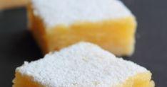 Receta de cuadraditos de limón o lemon bars.  Pastelitos o galletas con una base de crujiente galleta de mantequilla cubierta con una crema de limón que se cuaja al horno.  Se hornean en un molde y se cortan una vez fríos.