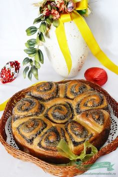 Flower Sweet Bread filled with poppy seeds and walnut - Cozonac Floare de Mac Romania Food, Romanian Desserts, Pastry And Bakery, Sweet Bread, Mac, Food Hacks, Wine Recipes, Baked Goods, Delicious Desserts