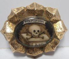 Interesante-Antiguo-Memento-Mori-luto-Broche-Skull-amp-Bones-sepia-en-miniatura