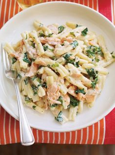 Pasta with Salmon Searching for a creamy and comforting dish? Look no further than this salmon dish.Searching for a creamy and comforting dish? Look no further than this salmon dish. Salmon Pesto Pasta, Salmon Pasta Recipes, Salmon Dishes, Seafood Recipes, Gourmet Recipes, Dinner Recipes, Cooking Recipes, Healthy Recipes, Spinach Pasta