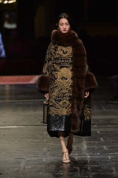 See all the Dolce & Gabbana Alta Moda Haute couture Spring/Summer 2016 photos on Vogue. Fur Fashion, Fashion Week, High Fashion, Winter Fashion, Fashion Show, Fashion Looks, Fashion Outfits, Fashion Design, Style Couture