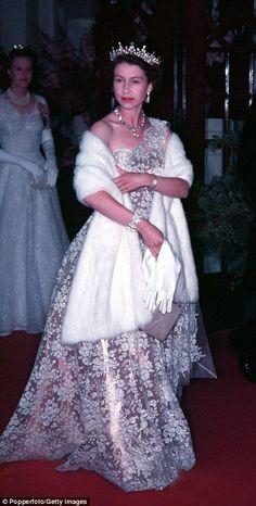 Queen Elizabeth II on the Royal Tour of New Zealand Elizabeth Queen Of England, Queen Elizabeth Ii, Royal Uk, Royal Queen, Princess Anne, Princess Margaret, Die Queen, Reine Victoria, Isabel Ii
