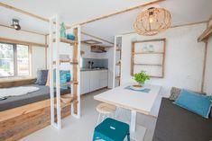 Chillen in de lodge Caravan Interior Makeover, Caravan Renovation, Trailer Interior, Surf Lodge, Ibiza Fashion, Compact Living, Surf Style, Mobile Home, Lodges