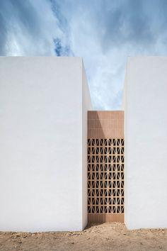 Es Pou House in Formentera by Marià Castelló Architecture. White Concrete, Concrete Wall, Medan, Ibiza, Unique Bed Frames, Formentera Spain, Agi Architects, Traditional Chairs, Laval
