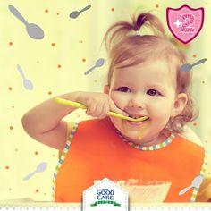 Deja que tu pequeño coma solo; usando los utensilios adecuados o con las manitas según el alimento.