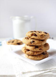 In einem Gastbeitrag zeigt uns die liebe Lara von vanillacrunnch.com wie ihr die köstlichsten, gesunden und veganen Chocolate Chip Cookies backen könnt