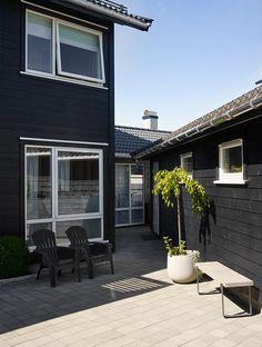 Her er både vindusomramming og vegg malt i fargen Jotun 9938 Dempet Sort. Vinduene og detaljene maler du med spesialmalingen DRYGOLIN Ultimat Vindu og Dør. Outdoor Settings, Stables, Country Style, Exterior, House Design, Building, Garden, Outdoor Decor, Facade