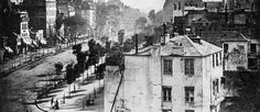 Na imagem, um homem aparece no canto inferior esquerdo na rua Boulevard du Temple tendo seus sapatos limpos por outra pessoa Foto: Domínio Público