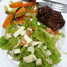 Pra fechar o dia: saladex com gorgonzola, legumes e cupim ❤❤❤ #dieta #comidadeverdade #emagrecer #instafood #fit #fitness #emagrecimento #academia #fitfood #alimentação #eatclean #food #foconadieta #boaforma #lowcarb #detox #lowcarbbrasil #determinação #comerlimpo #antesedepois #antesedepois #bemestar #cozinhafit #goodfood #igreceitasleves #bichoeplanta #100diasparatrintar #receitasbasicasfit #goiânia