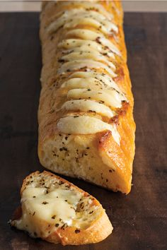 Cheesy Garlic Bread The secret to the best-ever garlic bread. Cheesy Garlic Bread The secret to the best-ever garlic bread recipe? Just spread slices of French bread with a butter mixture and add slices of CRACKER BARREL Aged Reserve Extra Sharp Che Cheesy Garlic Bread, Garlic Bread Baguette, French Garlic Bread, Garlic Cheese Bread, Cheesy Knoflookbrood, Garlic Bread Recipes, Recipes With Bread Slices, Italian Cheese Bread, Baguette Recipe