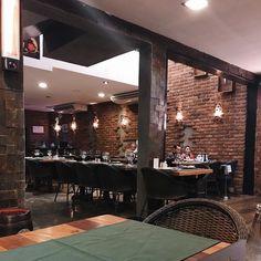 tijolinhos  luzes: simplicidade e sofisticação.  #decor . . . . . . Ambiente do @parrilladelcarmem que eu contei no blog hoje.  #homedecor #living