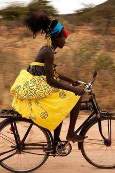 Africa una ragazza in bicicletta -