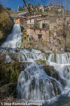 Orbaneja del Castillo,Burgos, Castilla y León (España) Más Beautiful Places To Visit, Wonderful Places, Beautiful World, Places To Travel, Places To See, Travel Around The World, Around The Worlds, Weekend France, Beautiful Waterfalls
