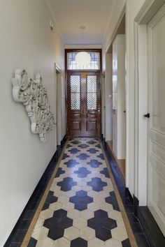 hex tile pattern - modern residence and offices 12 Flawless Restoration of Historical Villa: Huize Vreeburg in The Netherlands Design Entrée, Floor Design, Tile Design, House Design, Foyer Flooring, Kitchen Flooring, Tiled Hallway, Entryway Tile Floor, White Hallway