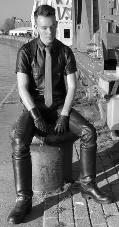 Kerls in Leder Mens Leather Shirt, Black Leather Pants, Latex Men, Leder Outfits, Motorcycle Leather, Mens Gloves, Sexy Men, Sexy Guys, Leather Fashion