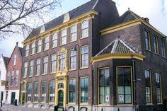 Via de Kerksteeg kom je bij de Oude Haven, langs de kade staan pakhuizen uit het begin van de 17e eeuw. Het Reedershuys, een patriciërshuis in Lodewijk-XVI-stijl, werd tot in de 20e eeuw door verschillende redersfamilies bewoond.