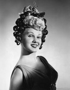 """Adele Jergens (November 26, 1917 – November 22, 2002) """"Su imagen fue siempre la de la corista dura, la de la compañera del gánster o la de la mejor amiga del intérprete principal"""", dijo Álex Gordon, productor de la American International Pictures en los años cincuenta."""