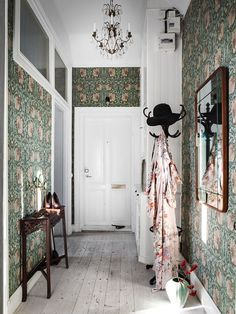 moody green floral wallpaper covering all the walls takes over the whole space and makes it cooler Decor, Retro Home Decor, Colorful Interiors, Interior, Green Floral Wallpaper, Interior Inspiration, Home Decor, House Interior, Interior Design