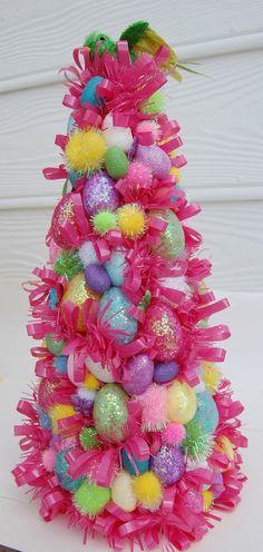 Op zoek naar inspiratie om een paasboom te versieren of zelf paastakken te maken? Idee: hergebruik je kerstboom en hang 'm vol met paasdecoratie.