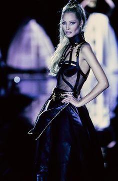 Versace Fall 1992 Ready-to-Wear Fashion Show - Linda Evangelista–
