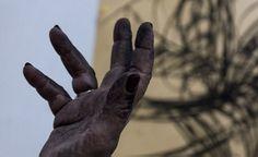 La mano de la artista tras el performance. Foto: Fernando Medina / Cubahora