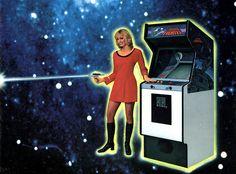 En 1980 Data East publico Astro Fighter, un arcade espacial donde arrasabas con oleadas de naves invasoras. Por suerte, contabas con la ayuda de una simpática comandante vestida de un algo escaso rojo pasión.