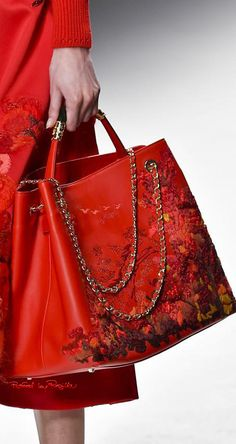 Shiatzy Chen at Paris Fashion Week Fall 2015 - Details Runway Photos Red Purses, Cute Purses, Purses And Handbags, Luxury Handbags, Tote Handbags, Boho Hippie, Paris Fashion, Fashion Bags, Hippy Chic