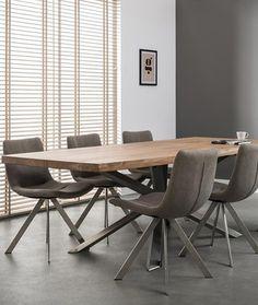Eetkamertafel met natuurlijke vormen en een stoer spider frame.