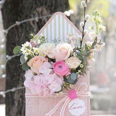Flowerbox in the form of an envelope. Box design @darim_prazdnik_by Floristics/photo @ annazalevskaja Location @ anflor