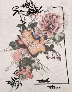 T-shirt estampada com flores. Descubra esta e muitas outras roupas na Bershka com novos artigos cada semana