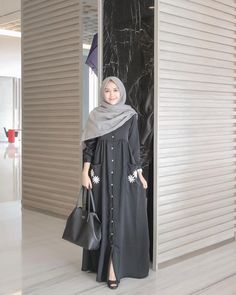Image may contain: 1 person, standing Hijab Casual, Hijab Chic, Moslem Fashion, Niqab Fashion, Modest Fashion, Fashion Dresses, Hijab Style Dress, Hijab Outfit, Vestido Batik