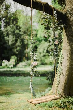 A dream wedding in the garden Wedding Wonderland Wedding Swing, Green Wedding, Boho Wedding, Rustic Wedding, Wedding Flowers, Wedding Day, Bohemian Weddings, Bohemian Bride, Diy Flowers