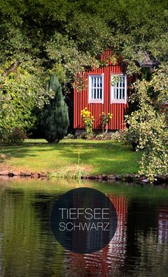 Seeinspiration in Schweden mit rotem Haus. Corporate Design, Web Design, Inspiration, House Styles, Colors, Home Decor, Red Houses, Deep Sea, Advertising Agency