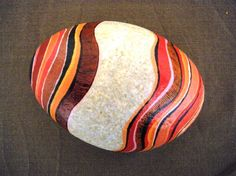 Galet peint à l'acrylique puis vernis - 10 - 12 cm de largeur Pierre Beige