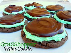 No need to buy Grasshopper cookies. Make them yourself with this easy Grasshopper Mint Cookie recipe. It uses a cake mix and is super easy. Six Sisters' Stuff: Grasshopper Mint Chocolate Cake Mix Cookies Chocolate Cake Mix Cookies, Mint Cookies, Yummy Cookies, Yummy Treats, Sweet Treats, Cake Cookies, Brownie Cookies, Shortbread Cookies, Köstliche Desserts