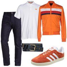 I pantaloni jeans blu lavaggio scuro hanno la vita alta e la gamba diritta. Li abbiniamo alla polo bianca con logo ricamato sul petto arancione. Aggiungiamo un giubbino arancione in tessuto tecnico modello bomber dalla linea aderente con dettaglio di tre strisce nei toni del bianco, blu e rosso. Ai piedi scarpe sportive in camoscio arancio con dettagli bianchi. Per finire cintura in canvas blu con dettagli in pelle marroni.