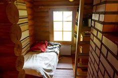 35 neliön pimeästä pikkumökistä sukeutui valoisa kolmio – radiojuontaja Tinni Wikström puhkeaa kyyneliin - Asuminen - Ilta-Sanomat Bunk Beds, Tin, Divider, Room, Furniture, Home Decor, Bedroom, Decoration Home, Loft Beds