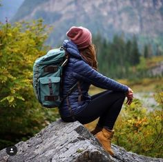 Minimalist hiking gear Best Picture For comfy Camping Outfits For Your Taste You are looking for something, and it is going to tell you exactly what you ar Hiking Boots Outfit, Cute Hiking Outfit, Trekking Outfit, Hiking Shoes, Mountain Hiking Outfit, Summer Hiking Outfit, Mode Plein Air, Outdoorsy Style, Mode Pop