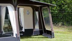 Bij de 400cm diepe Prisma voortent van kan het voorpaneel terug geplaatst worden zodat je een veranda creëert. #voortent #kamperen #camping #ruimte. Dat is nog eens #handig.