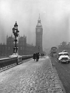 People walking over Westminster Bridge in London, with Big Ben & the Houses of Parliament visible through snow & fog, Winter Pictures, Old Pictures, Old Photos, Rare Photos, Des Photos Saisissantes, London Photos, London Winter, London Snow, London History