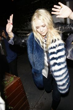 Mary Kate in a dark navy blue and white fur  //Pinned on @benitathediva, LifeSTYLE Blog