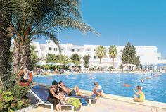 Hotel El Mouradi Port el Kantaoui is een hotel dat direct gelegen is aan het strand en op ca. 2 kilometer van het gezellige centrum van Port el Kantaoui. Met uitzicht op de golf van Port el Kantaoui en dichtbij het bruisende Sousse kan uw vakantie in hotel El Mouradi Port el Kantaoui niet meer stuk! Voor de kinderen zijn er volop dingen te doen. Er is een apart kinderbad bij het zwembad en er is een speeltuin waar ze hun energie kwijt kunnen. Ook is er een miniclub. Officiële categorie ****