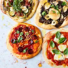 """Maailman paras pizzaohje. ;) Pohja on Tessa Kirosin """"Falling cloudberries""""-kirjasta ja pomodorokastike (=tomaattia) Lucinda Edmondsin """"Lucinda's Rustic Italian Kitchen&#8221…"""
