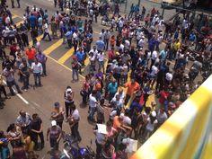 via @Erick Aviles: motivo de la cola en Vargas trabajadores aduanales en protesta de calle a las puertas del seniat pic.twitter.com/CFzwXDmYNf