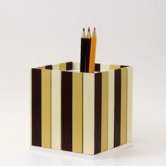 Pastelníkovník+-+tužkovník+-+mocca+Originální+dřevěný+pastelníkovníkzdobený+nalepeným+malým+plotem.+Natřeno+barvou+zdravotně+nezávadnou,+konečná+úprava+bezbarvým+matným+lakem.+Plot+je+ruční+výroba,+nestejná+výška+jednotlivých+dřevíček+je+záměrem.+Velikost:12,5+x+11,5+x+11,5+cm