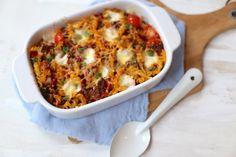 Op zoek naar een lekker en simpel recept? Bekijk dan eens dit recept voor een pasta-ovenschotel met tomaat en gehakt. Eet smakelijk!