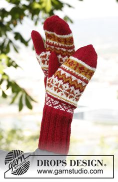 """Sweet Scarborough Hat - Knitted DROPS mittens and hat with ear flaps and Norwegian pattern in """"Karisma"""". - Free pattern by DROPS Design Knit Mittens, Knitted Gloves, Knitted Bags, Knitting Patterns Free, Hand Knitting, Free Pattern, Drops Design, Magazine Drops, Drops Patterns"""