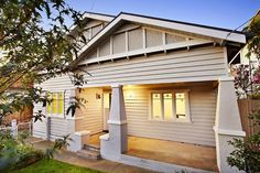 Pale colours, think the left side of the house is reading more accurately Exterior Color Schemes, Exterior Paint Colors, Exterior House Colors, Paint Colours, Craftsman Homes, Craftsman Style, California Bungalow, Traditional Exterior, Front Yards